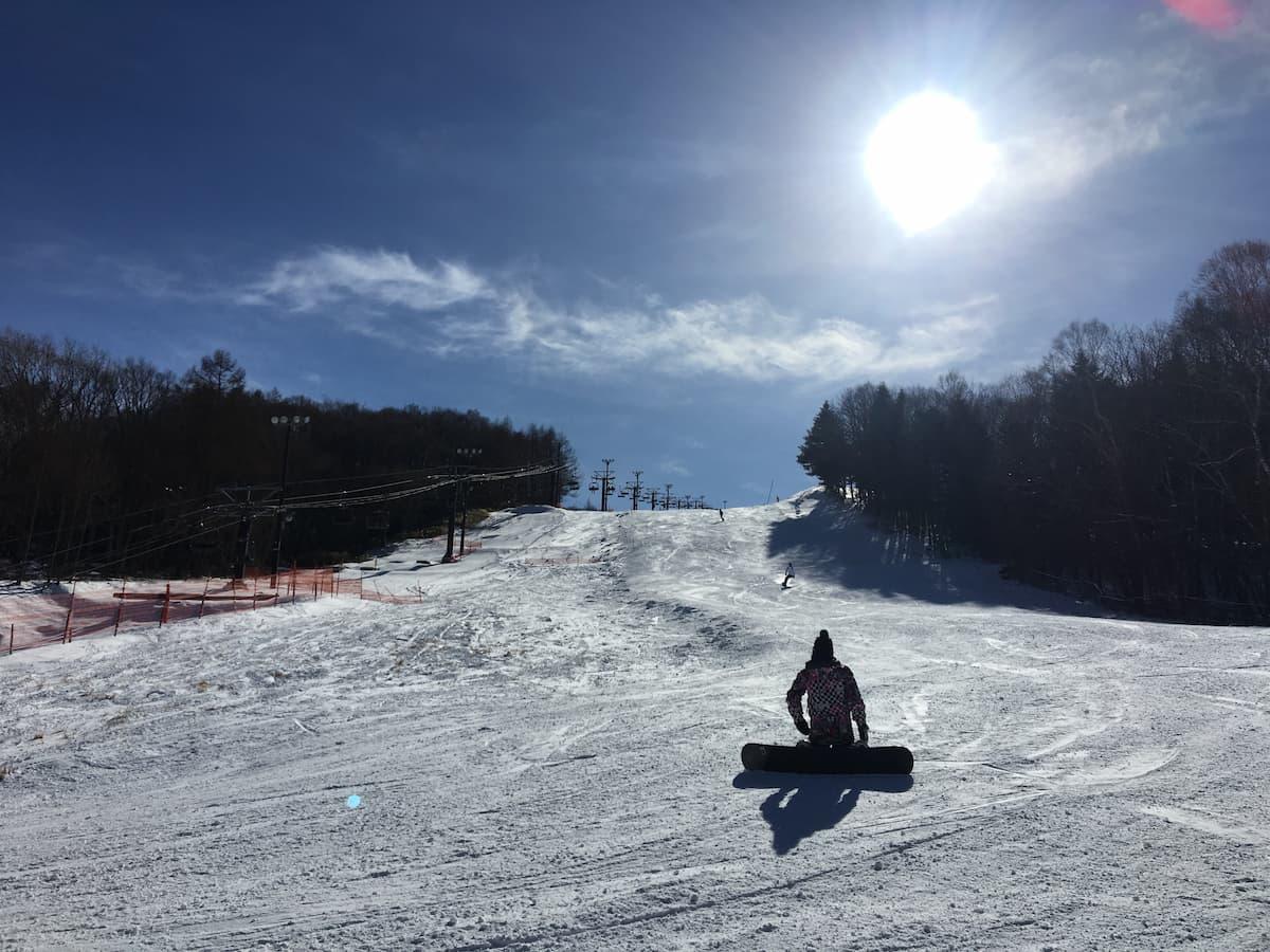 スノーボードしている画像
